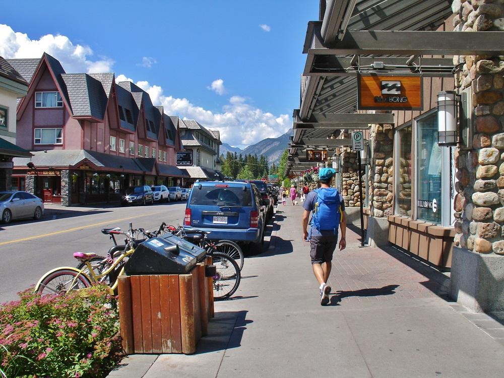 promeneur dans les rues de Banff