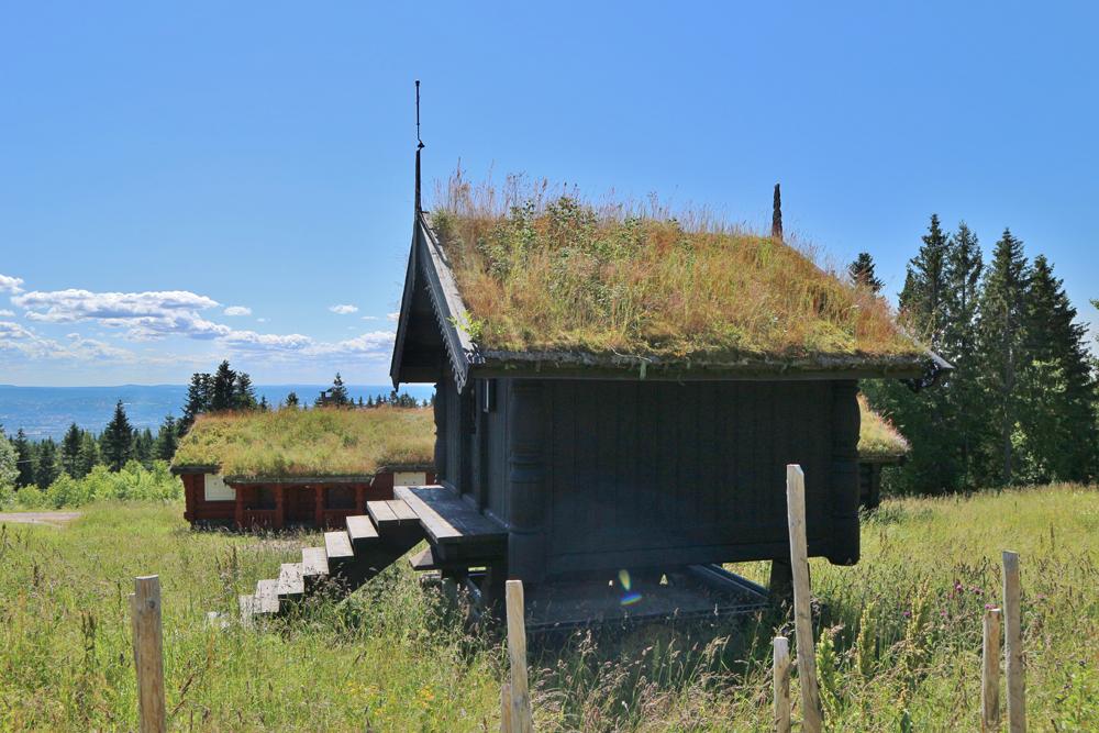 Maison traditionnelle norvégienne en bois avec son toit végétalisé