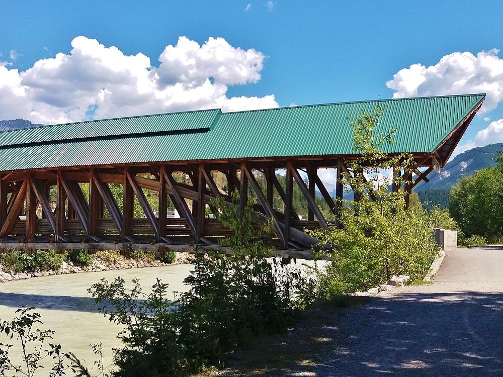 le pont pédestre de golden au dessus de la rivière kicking horse