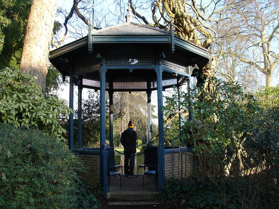 kiosque de l'arboretum de la vallée aux loups
