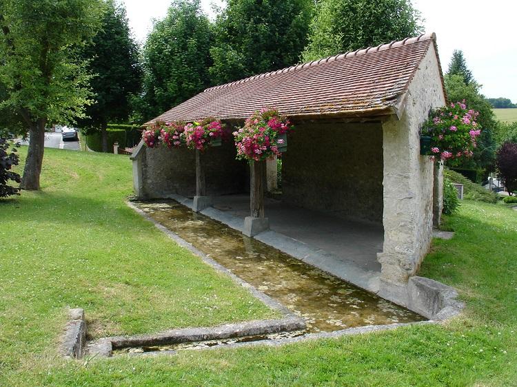 Lavoir en pierre à Jouy-Monvoisin