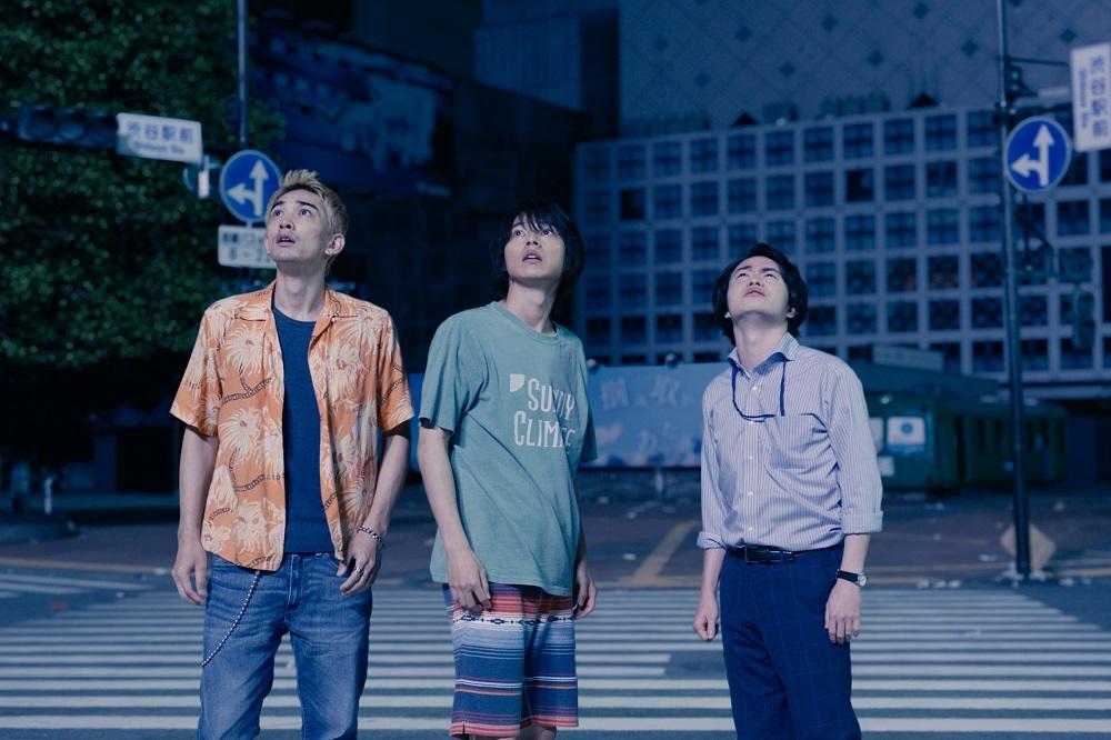 Alice in Borderland : Arisu, Karube et Chota dans les rues désertes de Tokyo